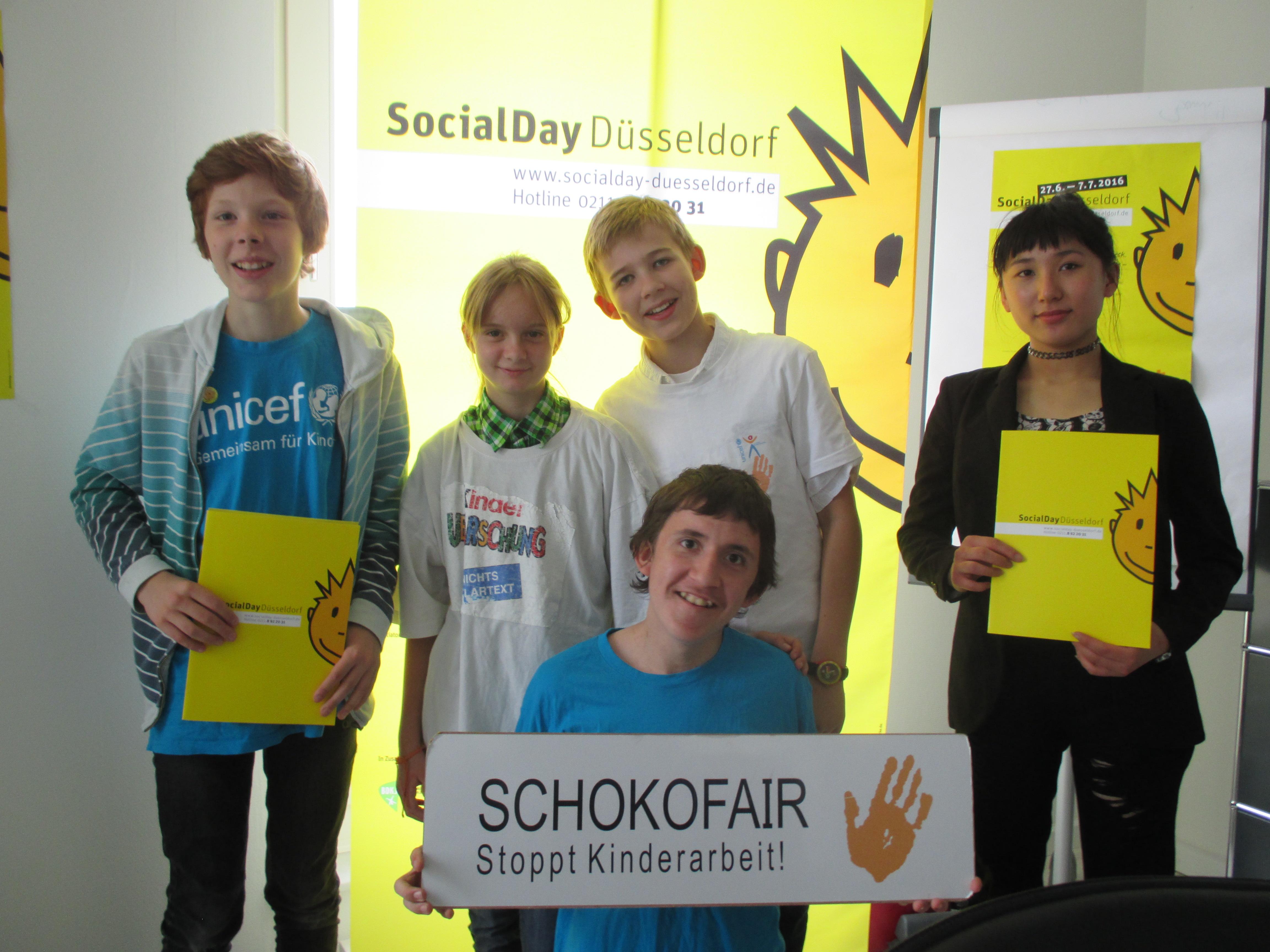 Kasimir, Joelina, Miko (Schokofair), Leiling vom Görresgymnasium und vorne: Nico (Schokofair) (Foto: Jugendring Düsseldorf)