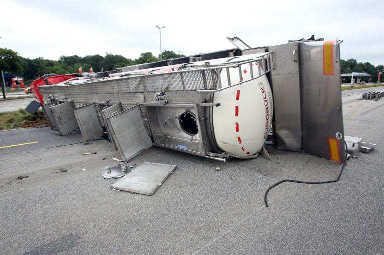 Umgekippter Tanklastzug mit Glukose blockiert Autobahn 7 in Schleswig-Holstein (© 2016 AFP)