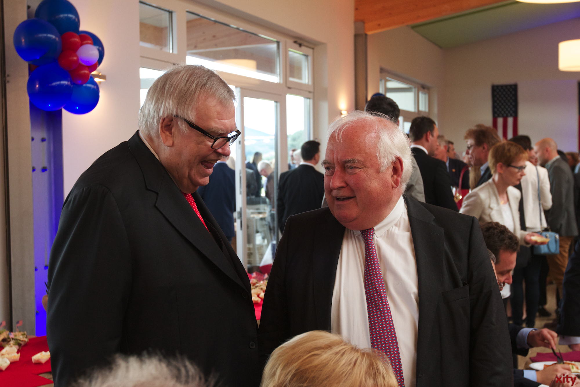 Bei der Feier konnten sich Deutsche und Amerikanische Gäste untereinander austauschen (Foto: xity)
