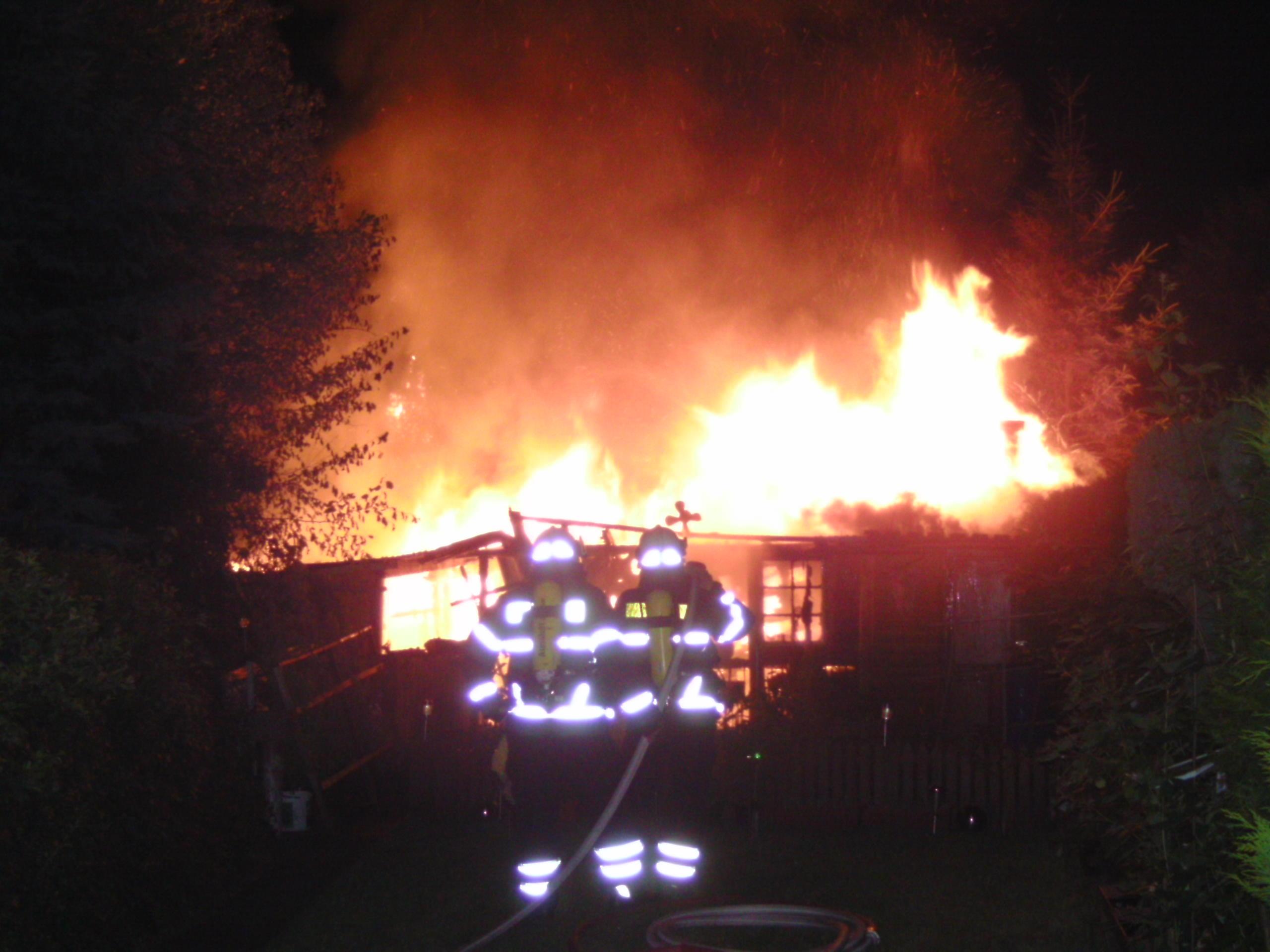 Brennende Gartenkaube (Foto: OTS)