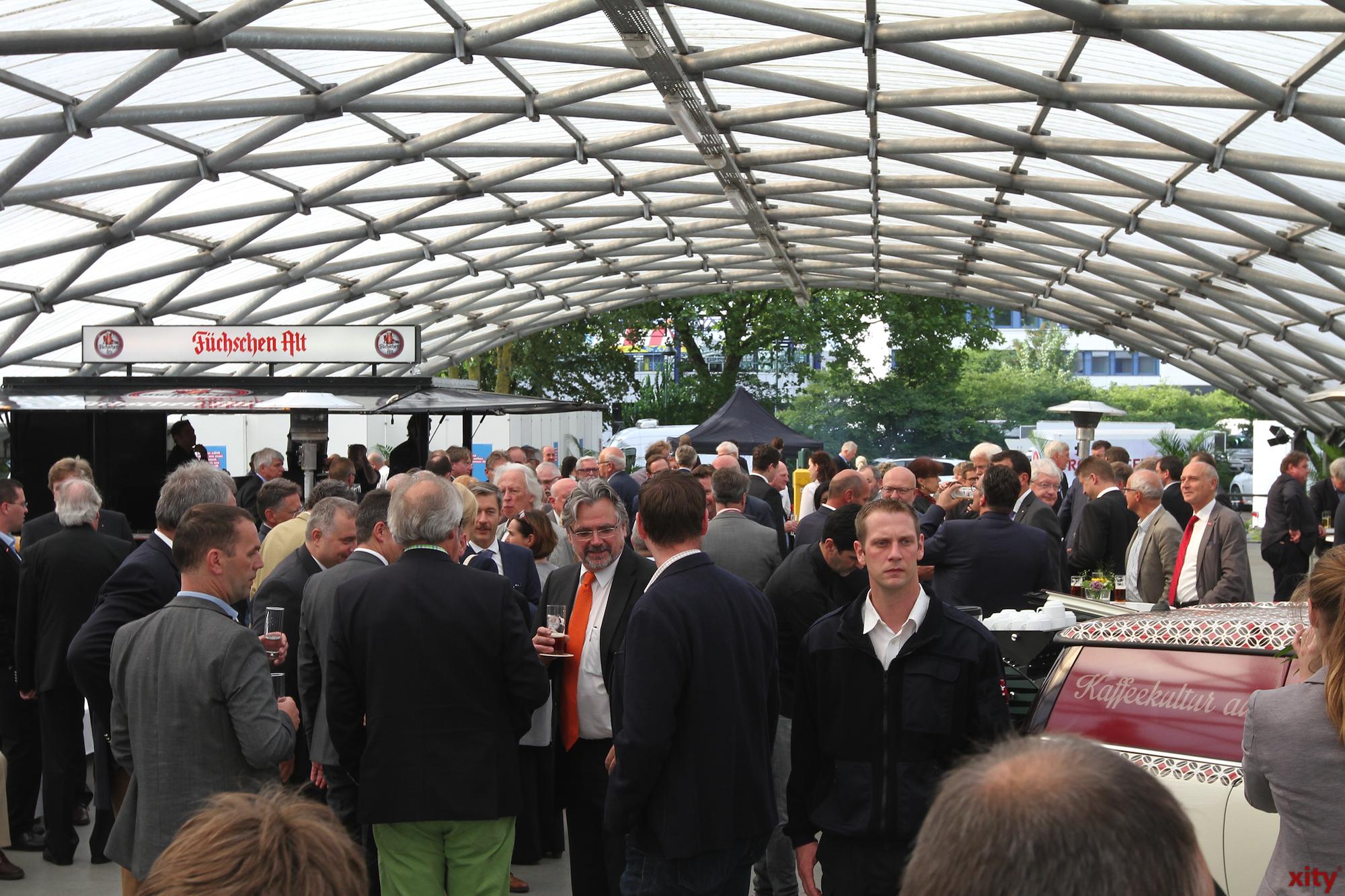 400 geladene Gäste rückten auf dem Parkdeck der Handelskammer zusammen (Foto: xity)