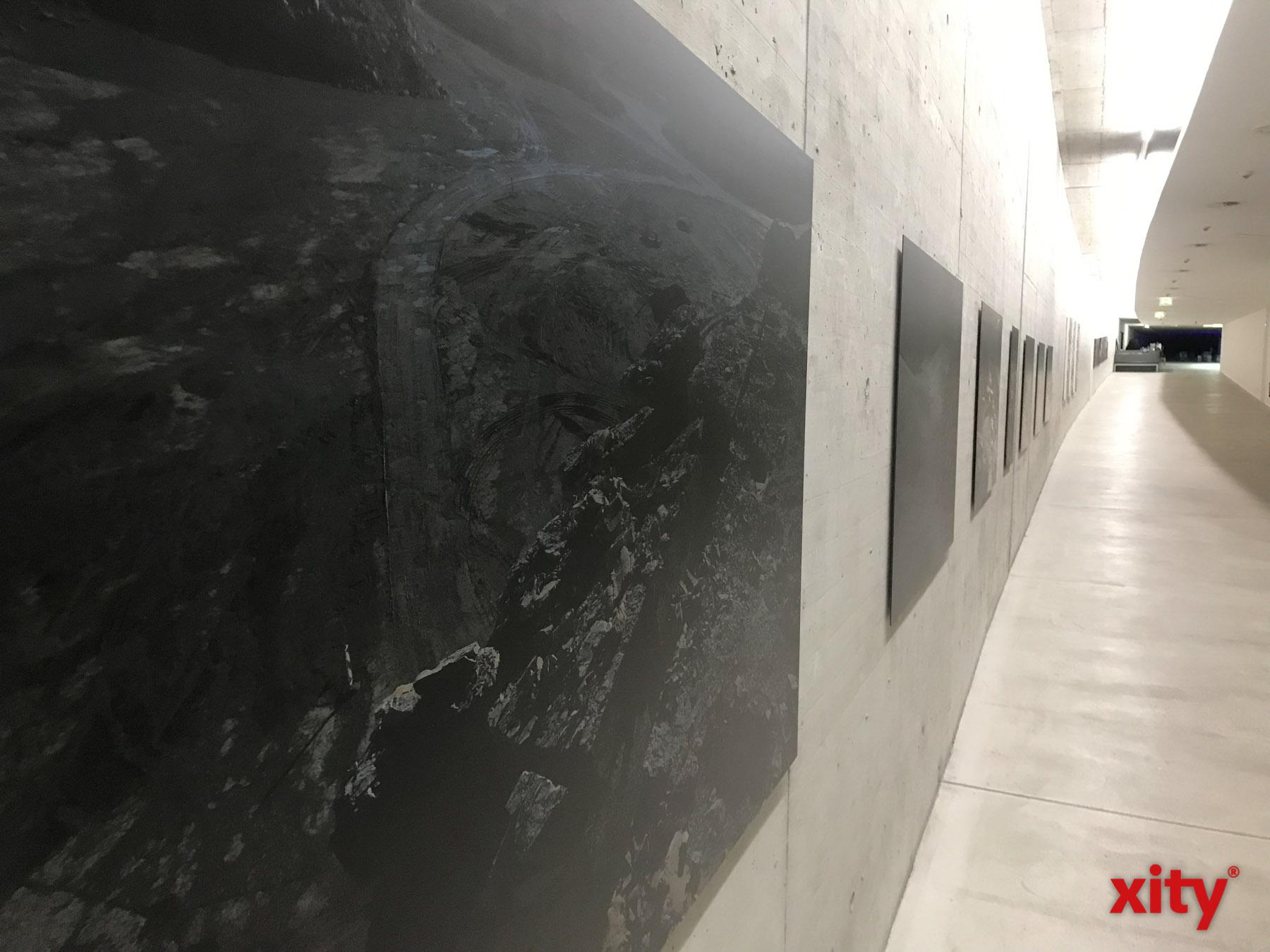 Neben Video- und Lichtinstallationen zeigt die Ausstellung viele Fotografien von Schroeder (Foto: xity)